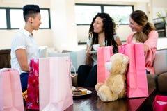 3 donne e un bambino circondato dai regali Fotografie Stock