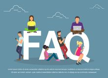 Donne ed uomini piani con il FAQ di simboli di lettere su fondo blu Fotografia Stock Libera da Diritti