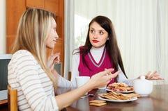 Donne emozionali che hanno conflitto Immagine Stock