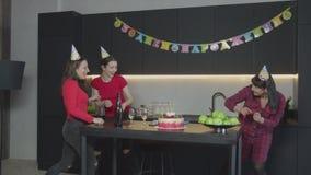 Donne felici che gettano serpentina sulla festa di compleanno video d archivio