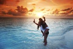 Donne felici che giocano in acqua fotografie stock