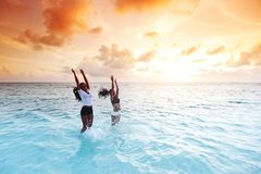 Donne felici che giocano in acqua immagini stock libere da diritti