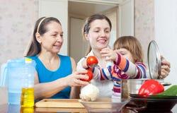 Donne felici con il bambino in cucina Immagine Stock Libera da Diritti