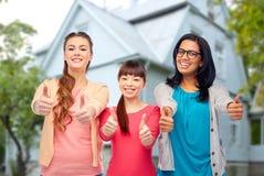 Donne felici internazionali che mostrano i pollici su Fotografia Stock Libera da Diritti