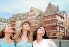 Donne felici sopra il fondo di Francoforte sul Meno Fotografia Stock