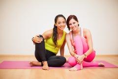 Donne felici in uno studio di yoga Immagine Stock Libera da Diritti