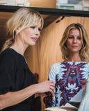 Donne fuori delle sfilate di moda di Byblos che costruiscono per la settimana 2014 del modo di Milan Women Immagine Stock
