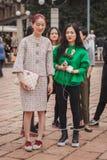Donne fuori delle sfilate di moda di Cavalli che costruiscono per la settimana 2014 del modo di Milan Women Fotografia Stock