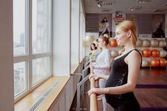 Donne in grande aspettativa con lo sguardo risoluto Fotografie Stock Libere da Diritti