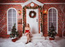 Donne graziose all'aperto in vestiti rossi di Santa Fotografia Stock Libera da Diritti