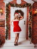 Donne graziose all'aperto in vestiti rossi di Santa Immagine Stock