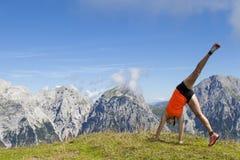 Donne graziose allegro che saltano e che eseguono cartwheel Fotografie Stock Libere da Diritti