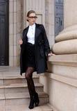Donne graziose in cappotto nero fotografie stock libere da diritti