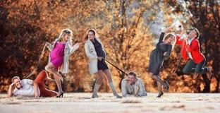 Donne incinte con i mariti nel guinzaglio del cane Immagine Stock