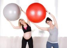 Donne incinte con le grandi palle relative alla ginnastica Immagine Stock