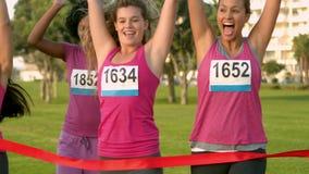 Donne incoraggianti che vincono maratona del cancro al seno video d archivio