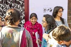 Donne in India che ascoltano un insegnante della via nell'area difficile di Fotografia Stock