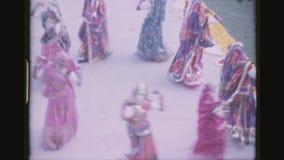Donne indiane che ballano in un cerchio video d archivio
