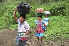Donne indiane guatemalteche che trascinano lavanderia fotografie stock libere da diritti