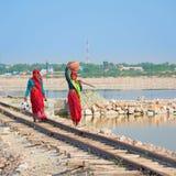 Donne indiane in sari sulla ferrovia Fotografia Stock