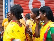 Donne indiane in sari variopinti all'ammucchiato a della città indiana Immagine Stock