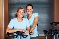 Donne insieme in ginnastica Fotografie Stock Libere da Diritti