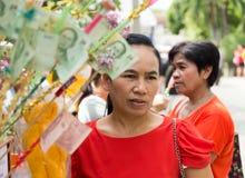 Donne intorno all'evento di carità di buddismo Immagine Stock
