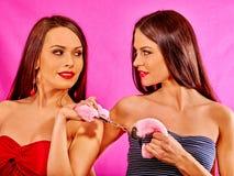 Donne lesbiche con le manette nel gioco erotico Immagine Stock Libera da Diritti