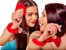 Donne lesbiche con le manette nel gioco erotico Fotografia Stock