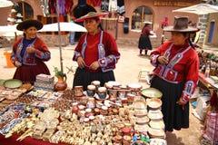 Donne locali del villaggio in Raqchi. Il Perù Immagini Stock