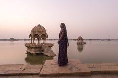 Donne locali nel lago Gadisar Fotografia Stock Libera da Diritti