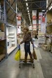 Donne in magazzino fotografia stock libera da diritti