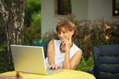 Donne maggiori con il computer portatile Immagine Stock Libera da Diritti