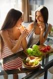 Donne mangianti in buona salute che cucinano insalata in cucina Alimento di dieta di forma fisica Fotografia Stock Libera da Diritti
