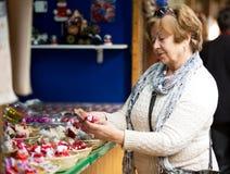 Donne mature felici che acquistano le decorazioni di Natale fotografie stock