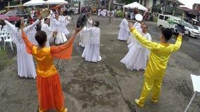 Donne mature nel dancing bianco dell'abito nell'elogio per onorare EL Shaddai archivi video