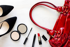 Donne messe degli accessori di modo: scarpe, borsa, telefono cellulare e cosmetici Immagine Stock Libera da Diritti