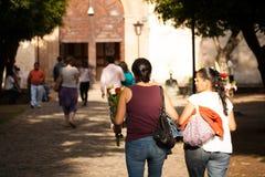 Donne messicane che camminano alla chiesa a Tepoztlan, Messico Immagini Stock