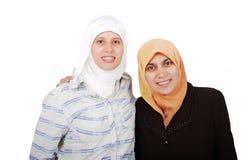Donne musulmane del giovane in vestiti tradizionali Fotografia Stock