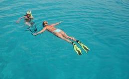 Donne naviganti usando una presa d'aria Fotografia Stock
