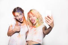 Donne nei colori di Holi che prendono selfie immagine stock libera da diritti