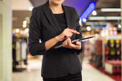 Donne nel centro commerciale facendo uso del PC mobile della compressa Fotografia Stock Libera da Diritti