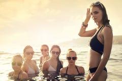 Donne nel mare immagini stock