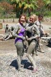 Donne non identificate che convincono il loro fango per asciugarsi Fotografia Stock