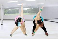 Donne obese che fanno allungamento alla palestra Immagini Stock