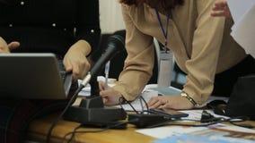 Donne per lavoro di ufficio, per la compilazione del rapporto al primo piano dell'ufficio stock footage