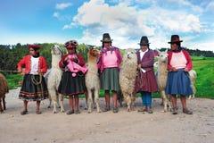 Donne peruviane in vestiti tradizionali Immagini Stock