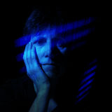Donne più anziane blu- ritenenti nell'effetto blu dei raggi di luce Fotografie Stock Libere da Diritti