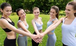 Donne positive che si tengono per mano insieme Fotografia Stock Libera da Diritti