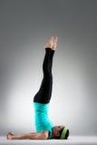 Donne professionali di yoga che mettono spalla sul pavimento Immagini Stock